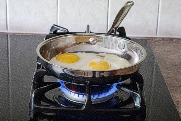 Cooking fried eggs in stainless steel
